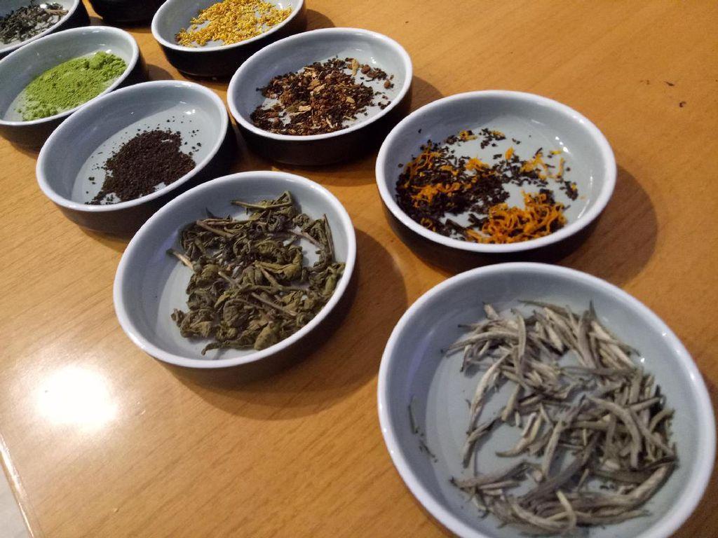Beragam jenis bahan yang enak dicampurkan menjadi tea blend. Ada bergamot oil, cinnamon, vanilla serta bunga osmanthus.
