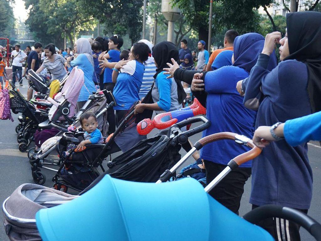 Seru! Ibu-ibu Ini Gunakan Kereta Dorong Bayi untuk Olahraga