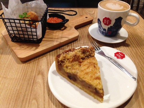 Douwe Egberts Coffee: Menikmati Stroopwafel Caramel Latte Bersama Apple Tart Gaya Belanda