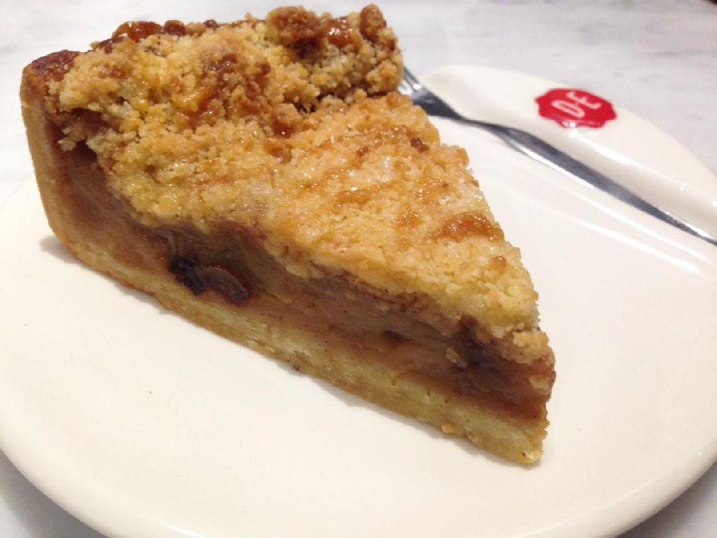 Apple Tart atau apple pie gaya Belanda ini punya rasa paduan apel, kayu manis dan kismis . Rasanya makin manis dengan permukaanbertaburcrumble renyahdan gula pasir.