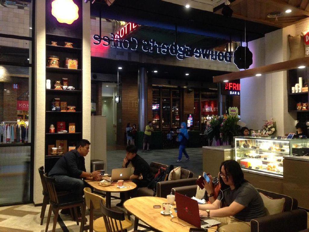Douwe Egberts Coffee asal Belanda buka di Gandaria City. Kafe ini mengusung suasana nyaman dengan beberapa sentuhan Belanda pada desainnya.