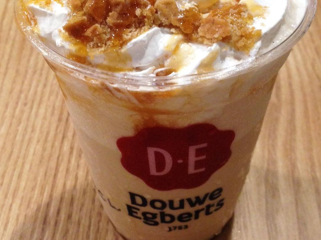 Stroopwafel Caramel Latte yang memakai campuran espresso ini punya citarasa cenderung manis. Pelengkapnya berupa whipped cream, sirup karamel dan stroopwafel legit beraroma kayu manis.