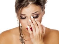 Menatap layar handphone, televisi, komputer, atau lainnya terlalu lama sudah jelas tidak baik untuk mata, paling sering terjadi ketegangan mata dan sakit mata. (Foto: Thinkstock)