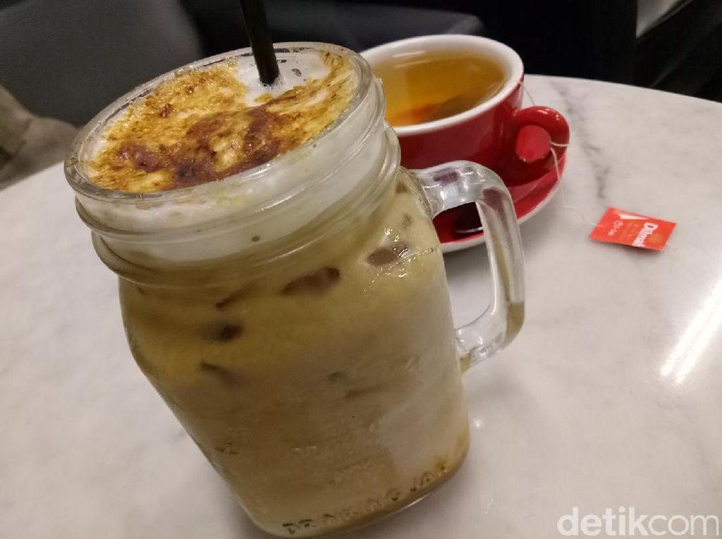 Creme brulee menjadi salah satu racikan es kopi yang favorit di sini. Espresso dibuat dengan tiga jenis kopi Indonesia ini ditambahkan dengan susu dan saus karamel.