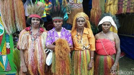 Yang Kamu Belum Tahu Dari Papua, Baju Kain Rumput