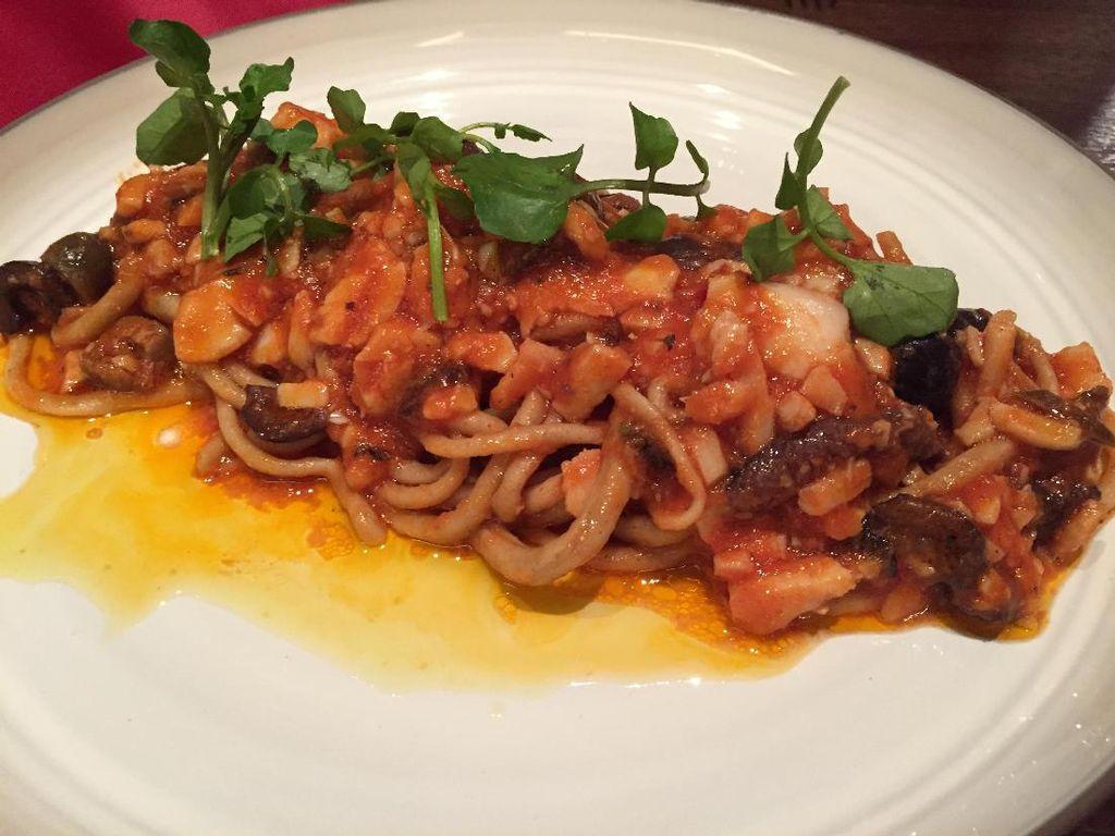 Mau coba pasta segar? Chef Antonio menyuguhkan Bigoli con Bacalla. Berupa pasta bigoli segar yang disajikan dengan saus gaya Venetian. Tambahan black olive dan baccala (ikan cod) menyempurnakan sajian ini.