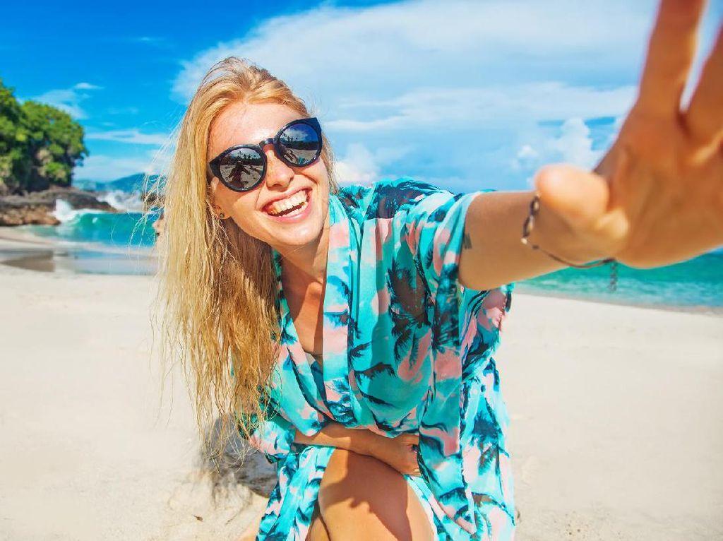 Outfit Santai di Pantai, Ini yang Perlu Kamu Bawa
