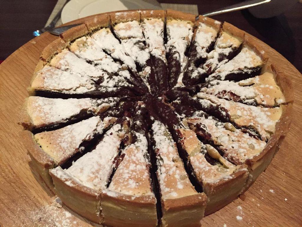 Tutup santapan dengan Torta al Cioccolato. Cake cokelat manis yang disantap dengan saus berry asam segar.