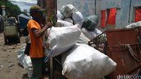 Menggabungkan program Layanan Lumpur Tinja Terjadwal (L2T2) dari PD PAL Jaya dengan bank sampah milik Kelurahan Pekojan, masyarakat bisa menikmati fasilitas sedot septic tank secara gratis dan berkala. (Foto: Reza/detikHealth)