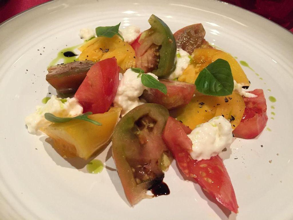 Caprese di Stracciatella mengawali santapan 4-course set menu Chef Antonio di Fairmont Jakarta. Salad segar ini berisi potongan tomat, baby basil dan paprika yang dibumbui keju Stracciatella dan white balsamic.