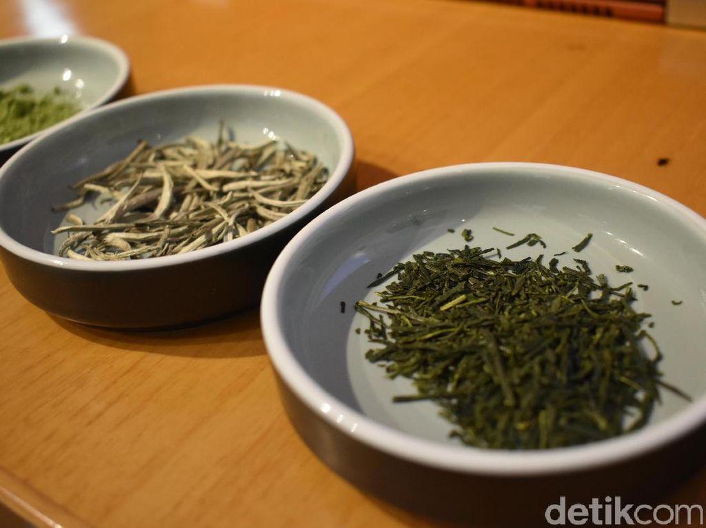 Salah satu jenis teh yang ada adalah white tea (white peony), green tea serta matcha.