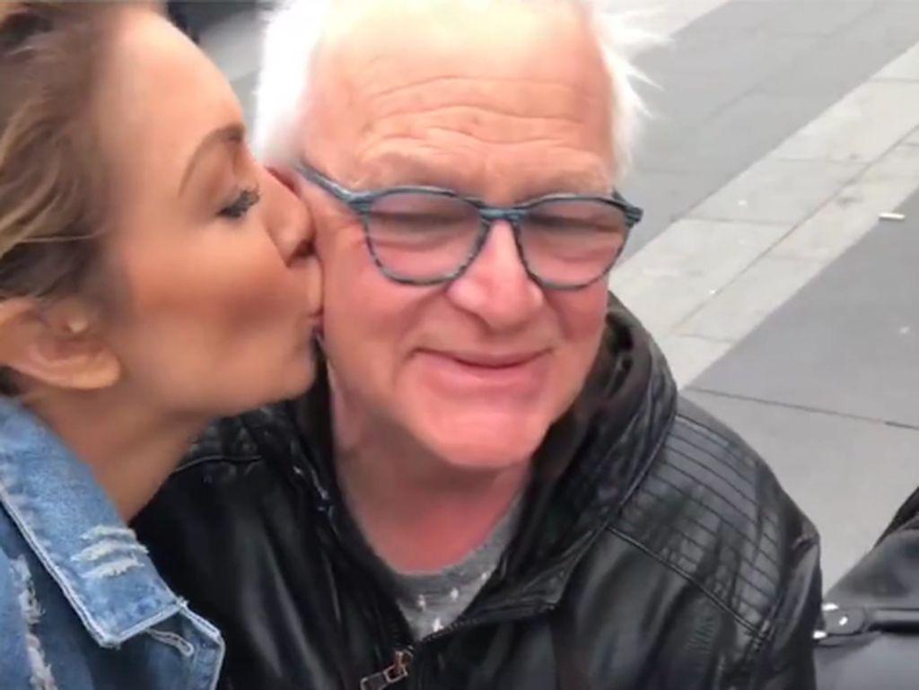 Ini Reaksi Para Pria Saat Tiba-tiba Dicium Wanita Tak Dikenal di Jalan