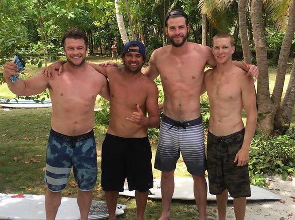 Ssst, Aktor Liam Hemsworth Liburan & Main Surfing di Sumatera barat