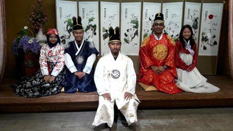 Penasaran Bikin Kimchi Dan Pakai Hanbok Khas Korea