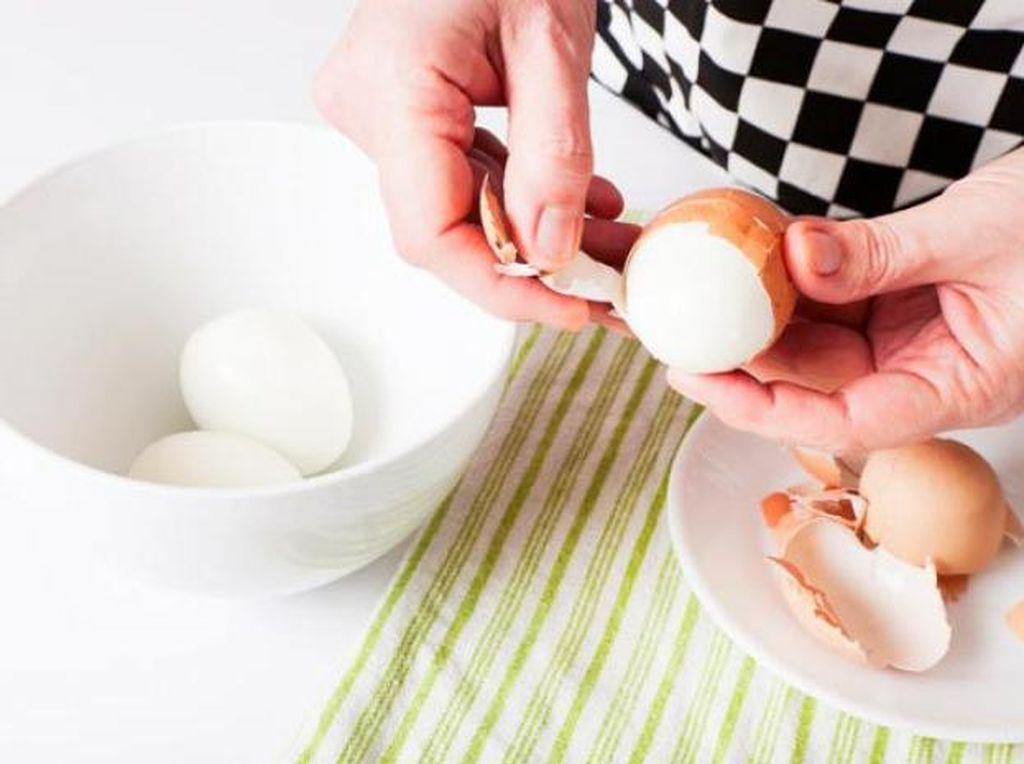 Ini 5 Cara Gampang Mengupas Telur Rebus!