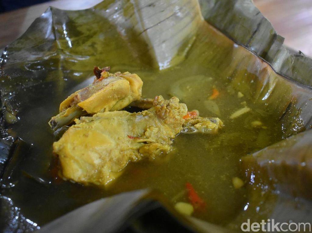 Menu andalannya yang populer juga ada garang asem. Dibungkus dengan daun pisang, dua buah potongan daging ayam kampung enak dipadu dengan kuah segar nan gurih.