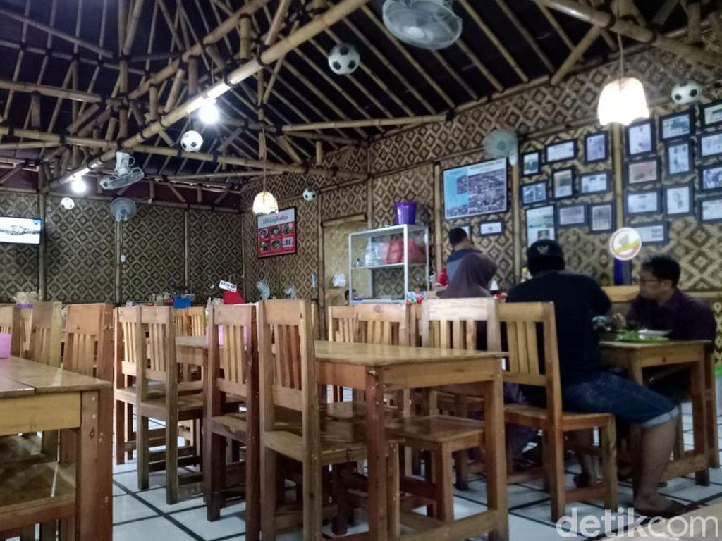 Wong Kudus punya banyak cabang di Jakarta dan Tangerang. Sajian masakan khas Kudus bisa Anda coba di sini. Apalagi tempatnya yang nyaman dengan interior yang unik dengan anyaman bambu.