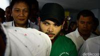 Saat ditangkap polisi beberapa waktu lalu, pedangdut Ridho Rhoma kedapatan membawa 0,7 gram sabu. Namun rekannya dengan inisial S yang juga didapati membawa beberapa butir Dumolid. (Foto: Hasan Al Habshy)