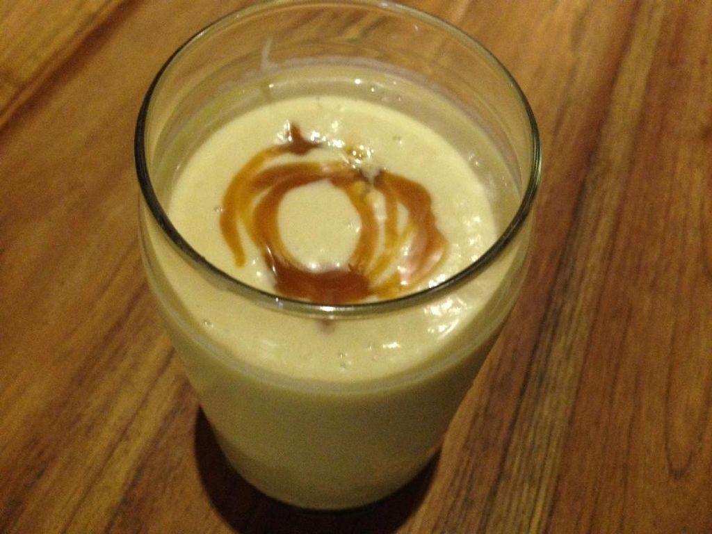 Avocado Caramel ada dalam deretan ice blended. Minuman dibuat dengan campuran alpukat segar, karamel, espresso dan susu. Teksturnya creamy namun masih ada jejak pahit espresso, sedikit manis karamel dan aroma alpukat.