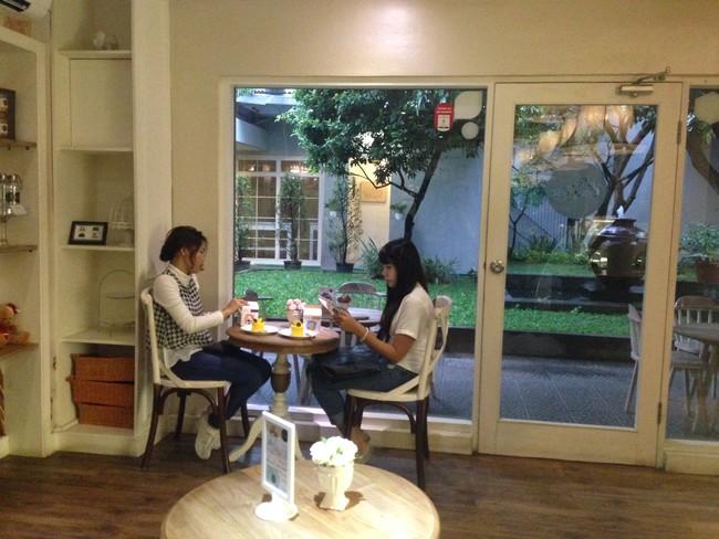 Menikmati Cake Karamel dan Quiche Smoked Beef di Kafe Mungil