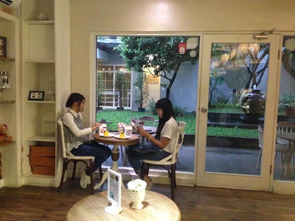 Di area Rumah Cokro, Menteng ada kafe mungil yang menawarkan suasana nyaman dengan interior feminin. Andalannya berupa cake. Seperti Pierre, Olivier, Jean, Obelix, Roland, Juliette maupun Emilie.