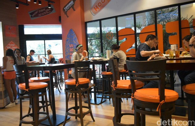 Hooters Girl Sexy Sajikan Chicken Wings Hingga Sandwich Enak