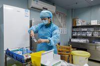 Seorang perawat sedang menyiapkan obat yang akan diberikan pada pasien. Flu burung strain H7N9 ini berbahaya karena tidak menunjukkan gejala khusus ketika sudah menginfeksi. (Foto: STR/AFP/Getty Images)