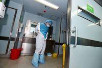 Petugas kesehatan harus mengenakan baju pelindung yang dikenal sebagai hazmat suit. (Foto: STR/AFP/Getty Images)
