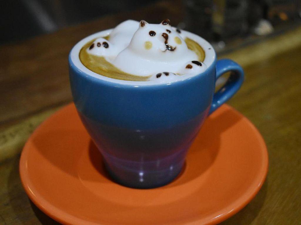 Ingin menikmati kopi dengan susu, pilih saja cappuccino. Tidak seperti cappuccino biasa, catppuccino punya bentuk yang unik. Kalau penasaran, sang barista juga bersedia mengajarkan Anda.Tak sulit membuat, dengan bantuan foam susu, Anda bisa membentuknya menjadi kucing lucu.