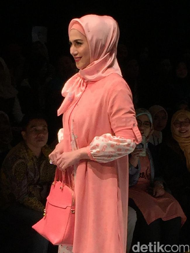 Foto Cantiknya Marini Zumarnis Dengan Hijab Peach Di Show