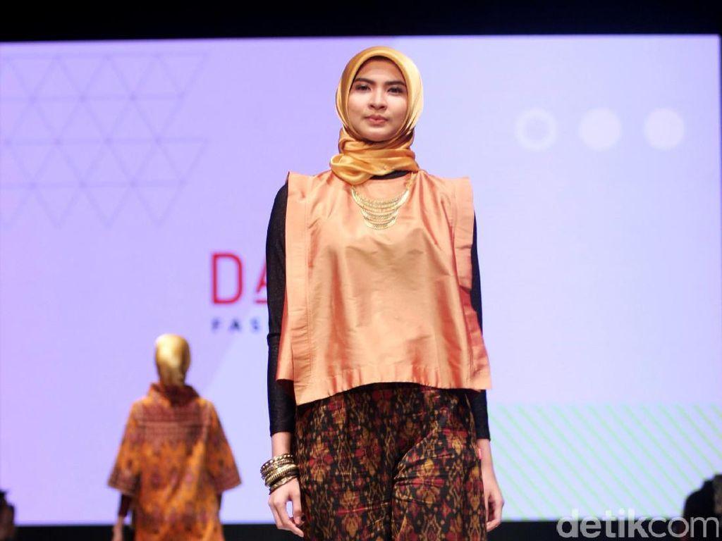 Foto: Koleksi DAUKY Fashion Hijab di Muslim Fashion Festival 2017