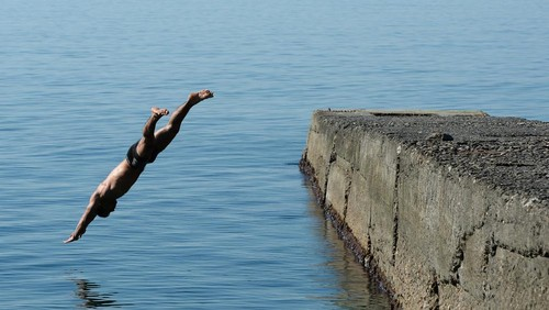 Tak Mau Bayar Bon Restoran Rp. 6 Juta, Pria Ini Pilih Terjun ke Laut
