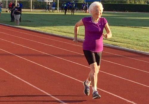 Wow! Di Usia 101 Tahun, Nenek Ini Tetap Semangat Ikut Lomba Lari