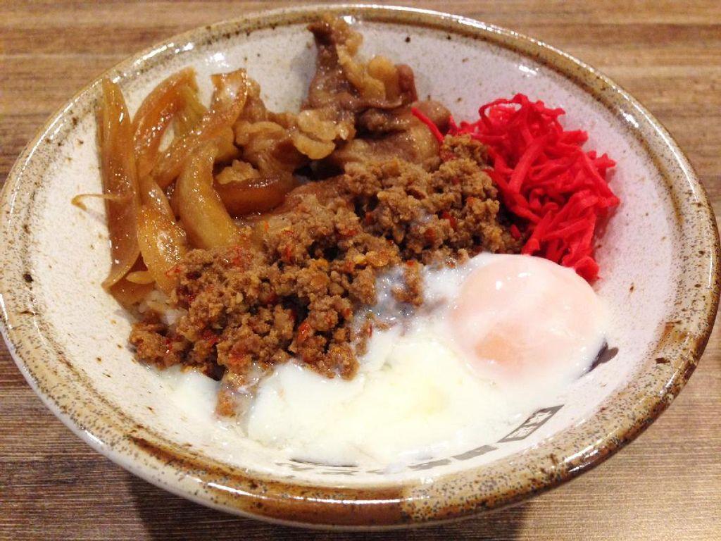 Karamiso Beef Rice diberi topping daging cincang gurih cenderung pedas, telur setengah matang dan acar jahe. Telur setengah matang semakin melengkapi sajian. Tidak ada jejak amis yang mengganggu.
