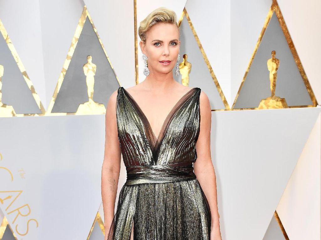 Charlize Theron Rupanya Masih Sering Terintimidasi oleh Karpet Merah