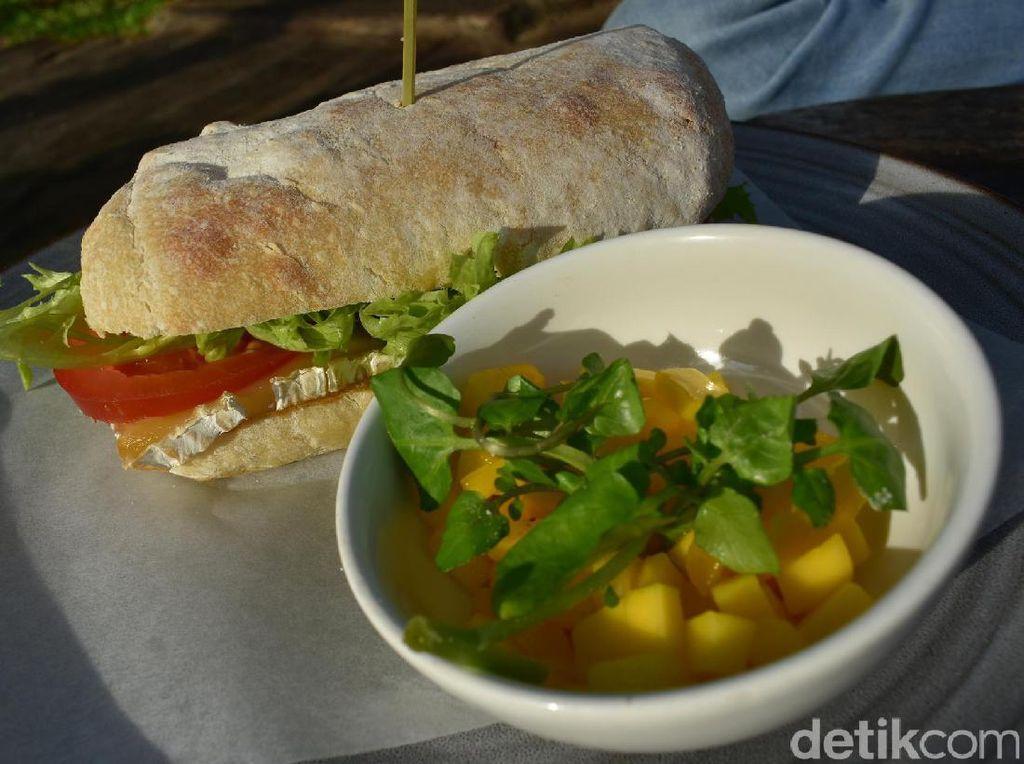 Tak ingin makan berat, Anda bisa mencoba The Normandy. Ini merupakan sajian sandwich yang dibuat dari ciabatta diisi dengan keju camembert dengan irisan tomat dan selada hijau segar. Semakin enak disantap dengan potongan mangga yang asam.