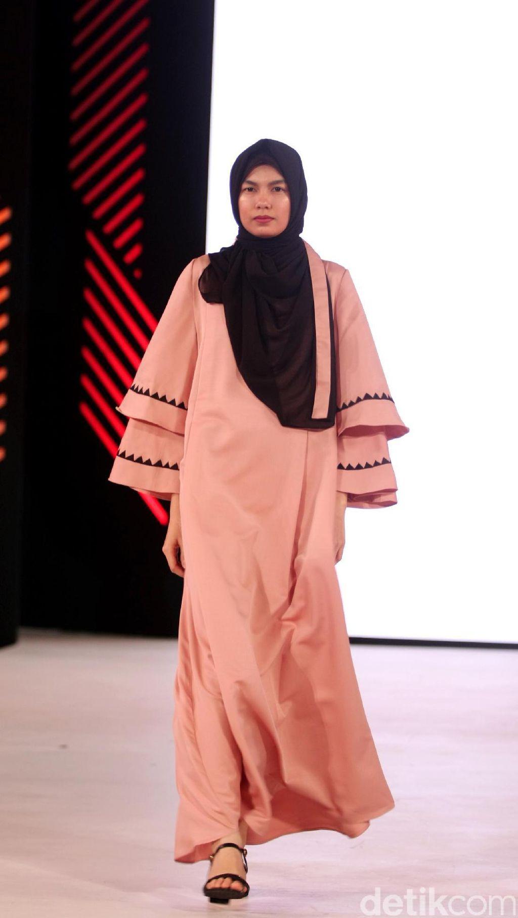 Foto: Koleksi Vivi Zubedi di Fashion Nation 2017
