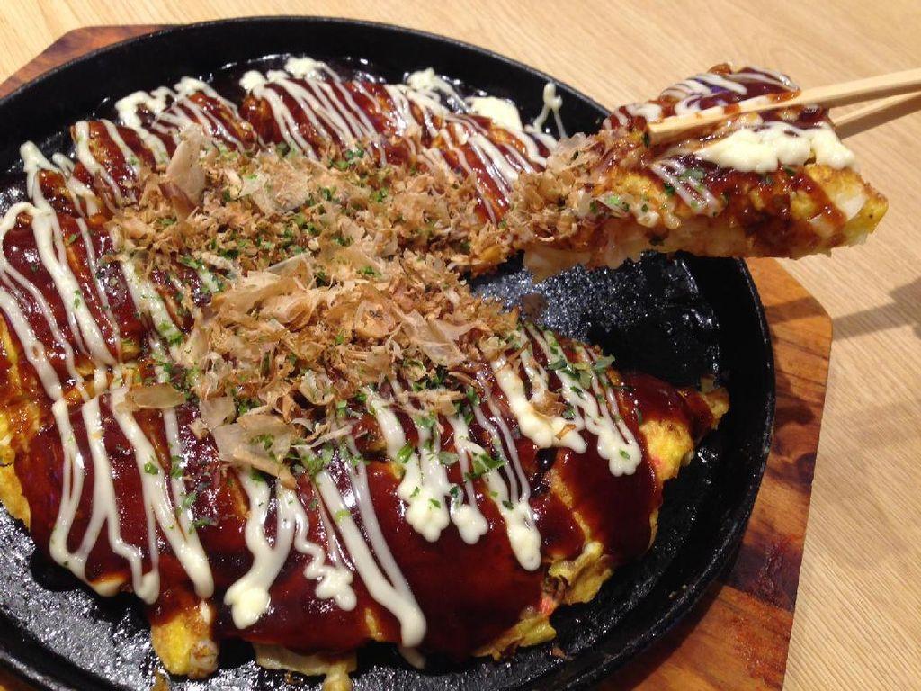Okonomiyaki Spesial a la Tokugawa menggabungkan daging sapi, udang dan cumi. Tersaji dalam hot plate, okonomiyaki berukuran besar dan tebal. Adonannya terasa empuk dan begitu gurih enak.