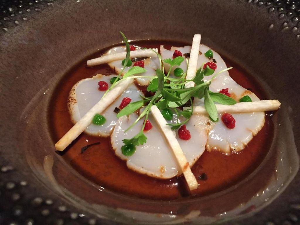 Penyuka scallop bisa mencicip Scallop Crudo. Dibumbui truffled yuja soy, scallop yang lembut kenyal terasa asam segar. Apalagi ada kimchi dan bengkuang sebagai toppingnya.
