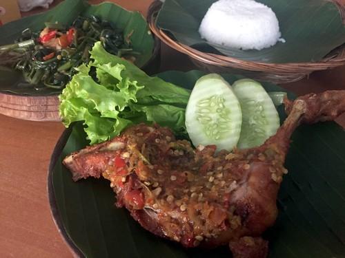 Ayam Penyet Everest: Huahh! Pedas Menyengat Ayam Penyet Berselimut Sambal Rawit Segar