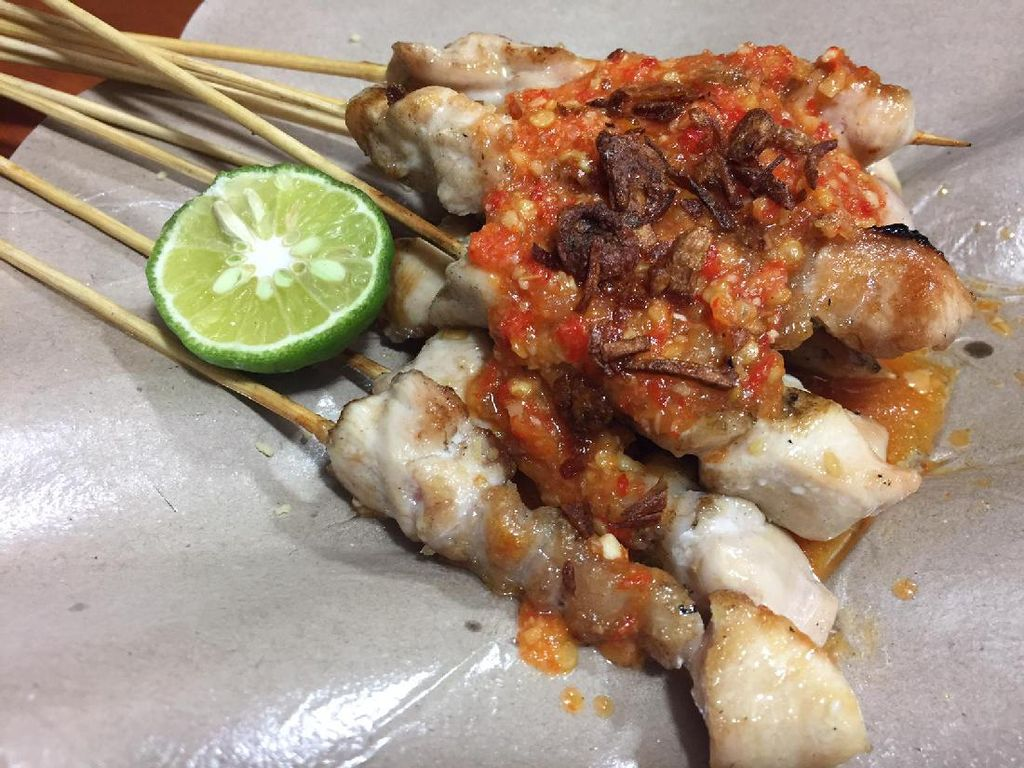 Sate Taichan semakin fenomenal saat banyaknya penjual sate ayam berlumur sambal ini diberbagai daerah. Potongan daging ayam yang dipanggang dengan sambal rawit semakin enak dinikmati bersama dengan perasan jeruk limau. (Foto: detikFood)