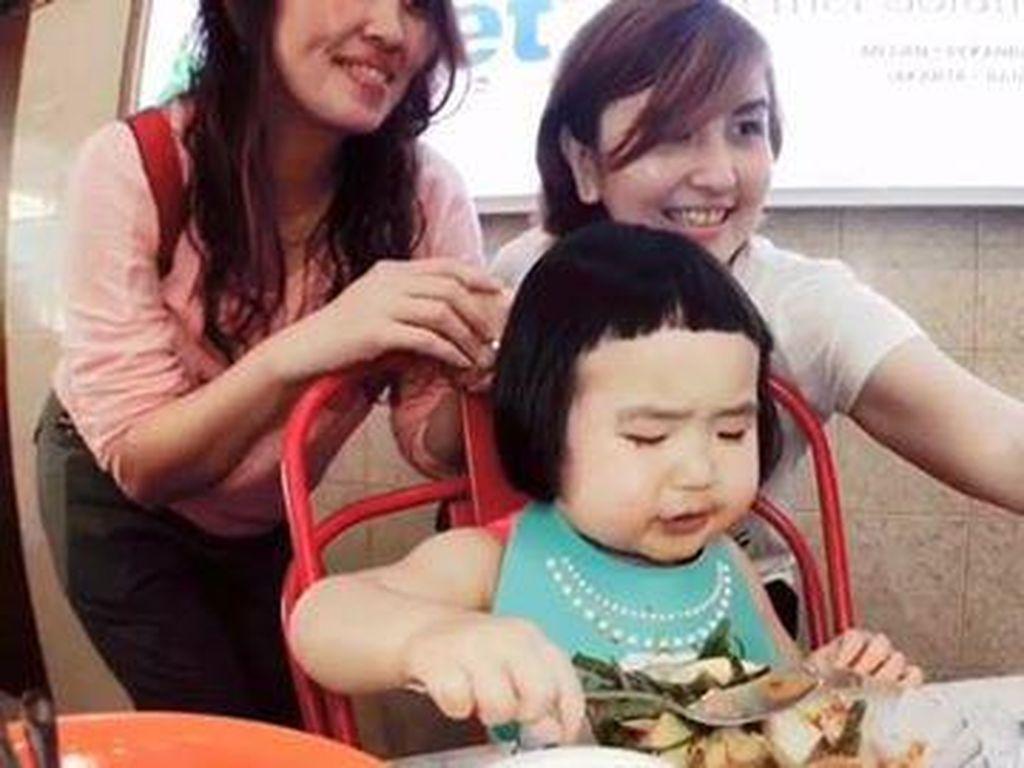 Saat di Indonesia Balita China yang Doyan Makan Ini Lahap Gado-gado dan Durian!
