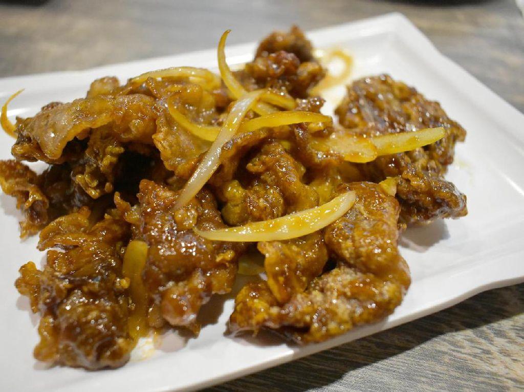 Crispy beef dengan paduan saus spesial dari Sams Wok ini patut dicoba. Irisan daging sapi yang tipis dimasak dengan cara digoreng tepung dan dibalut dengan saus berwarna cokelat. Hasilkan sensasi rasa gurih manis dan juga renyah.
