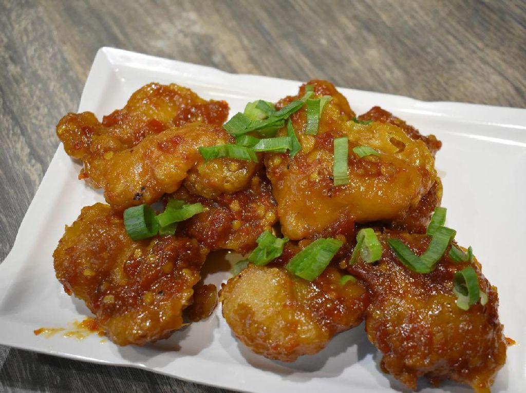 Kalau suka dengan sajian ayam, Anda bisa mencoba general tso chicken yang dibuat dari potongan daging ayam berbalut tepung renyah. Dimasak dengan 8 macam saus menjadikan sajian ini punya citarasa gurih asam sedikit manis dan pedas yang nikmat.