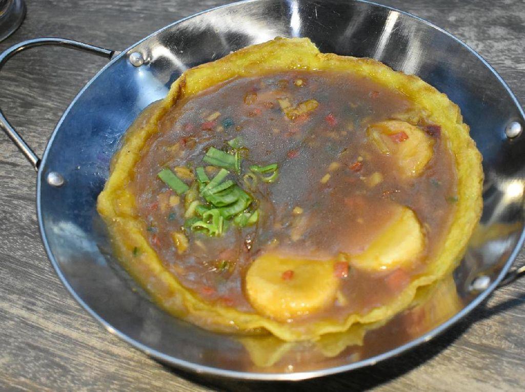 Po homemade special sauce hadir dalam wajan. Telur dadar yang berada di bagian bawa disiram dengan racikan bumbu dan potongan tofu goreng yang lembut. Enak dinikmati bersama dengan nasi.