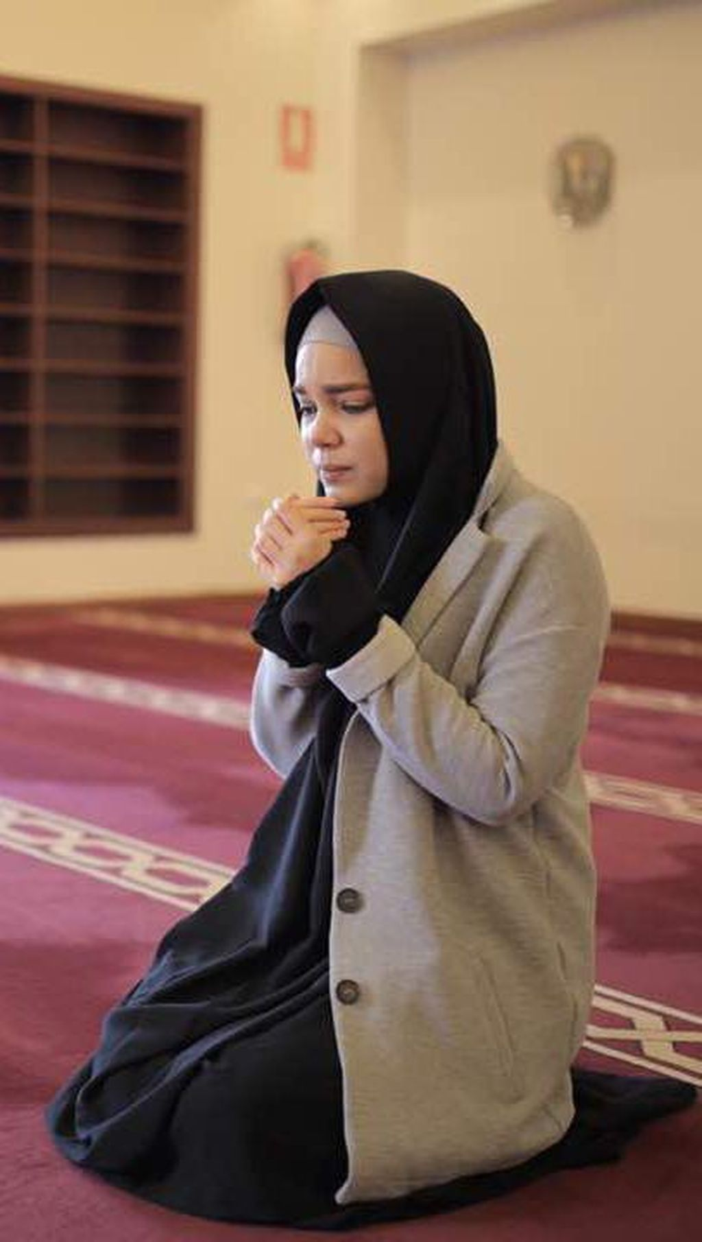 Dewi Sandra Ditatap Sinis karena Berhijab Saat Masuk Masjid di Spanyol