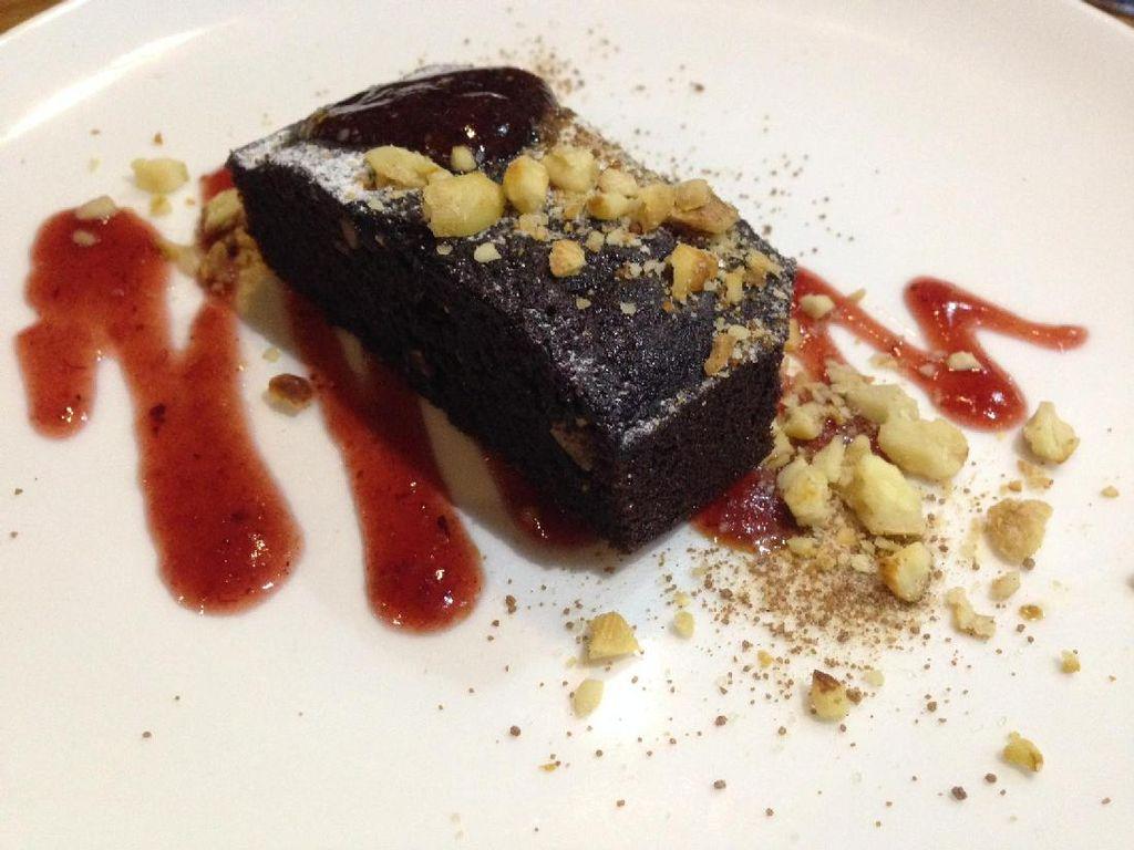 Brownies Kemiri diberi saus anggur beraroma rempah yang berisi buah berry. Pada permukaannya ada cincangan kemiri dan taburan gula bubuk. Brownies cokelat ini punya tekstur moist. Cocok dimakan bersama kemiri yang rasanya mirip seperti kacang kenari.