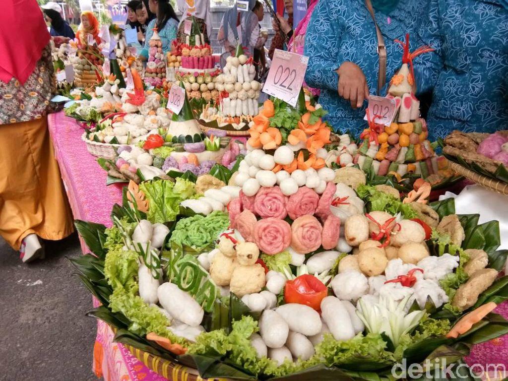 Bukan Nasi, Ini Tumpeng Pempek dari Palembang