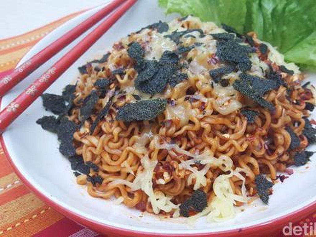 Kepopuleran Samyang, mie instan Korea ini semakin menambah jajaran makanan pedas populer. Mie dengan bumbu berwarna merah semakin sedap dipadu dengan taburan wijen dan keju. (Foto: detikFood)