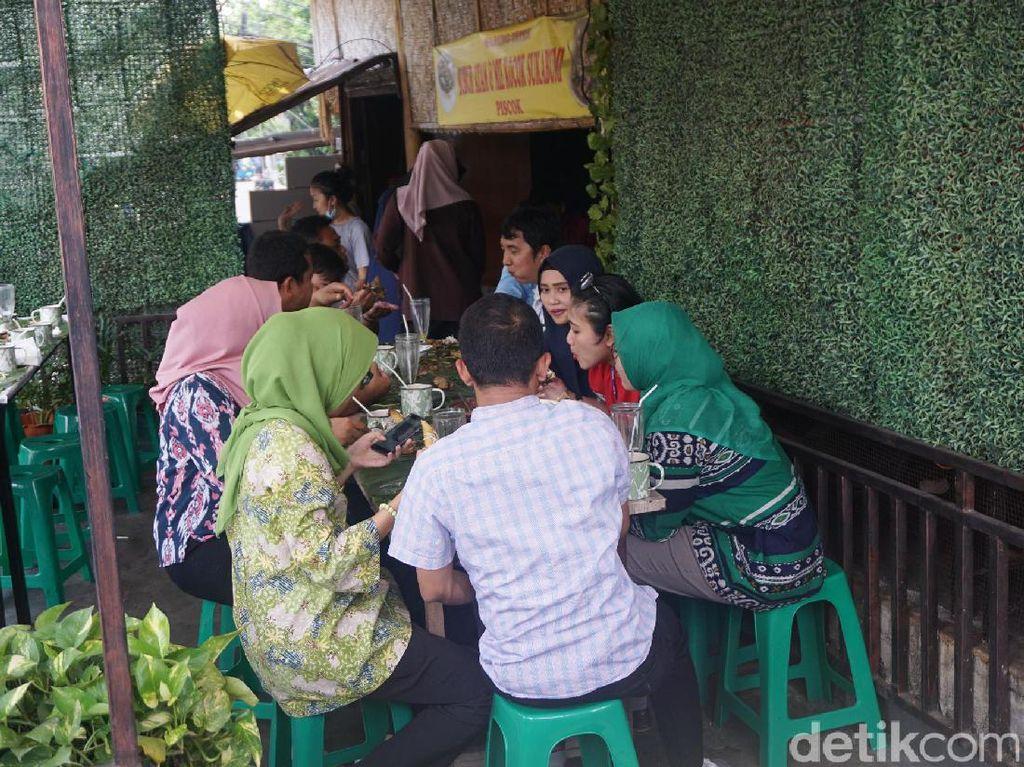 Di jalan Petogogan 1 Blok A No. 20, Jakarta Selatan Anda bisa menikmati nasi liwet khas Sunda. Di warung sederhana ini, Anda bersama keluarga dan teman bisa menyantap nasi liwet beralas daun dengan tangan.